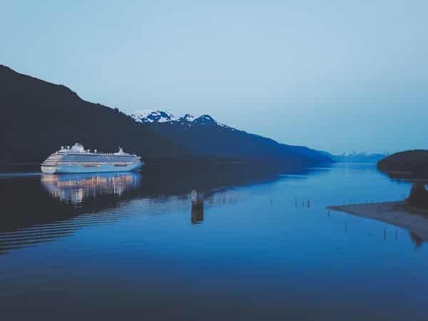 luxury Alaska vacation cruise near the mountains